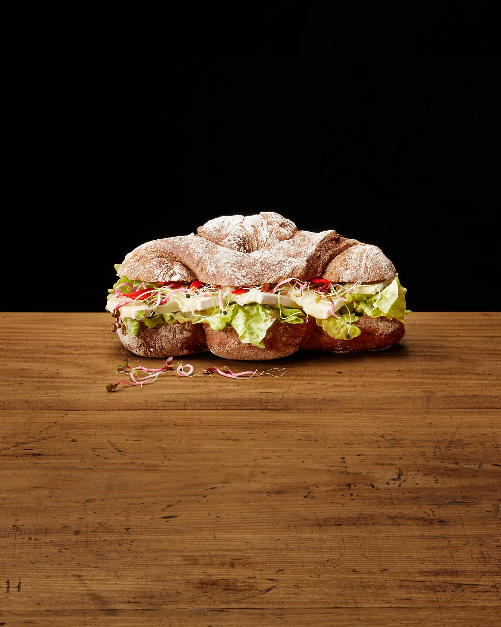 Sandwich mit Käse, Sprossen und Salat