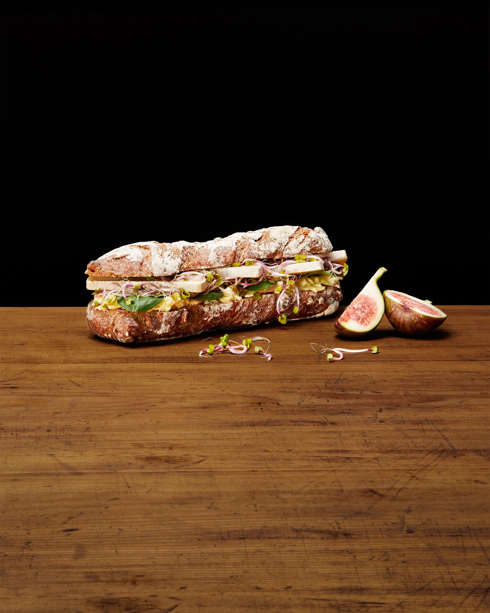 Sandwich mit Käse, Sprossen und Feige