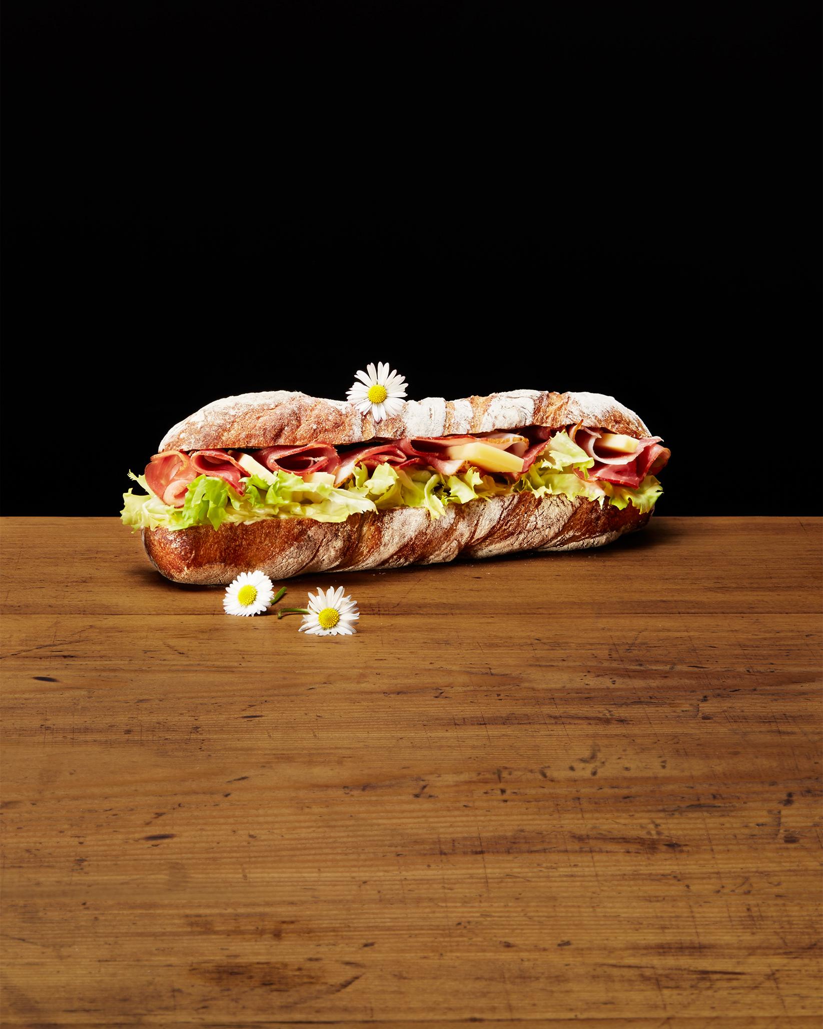 Sandwich mit Schinken, Käse und Salat