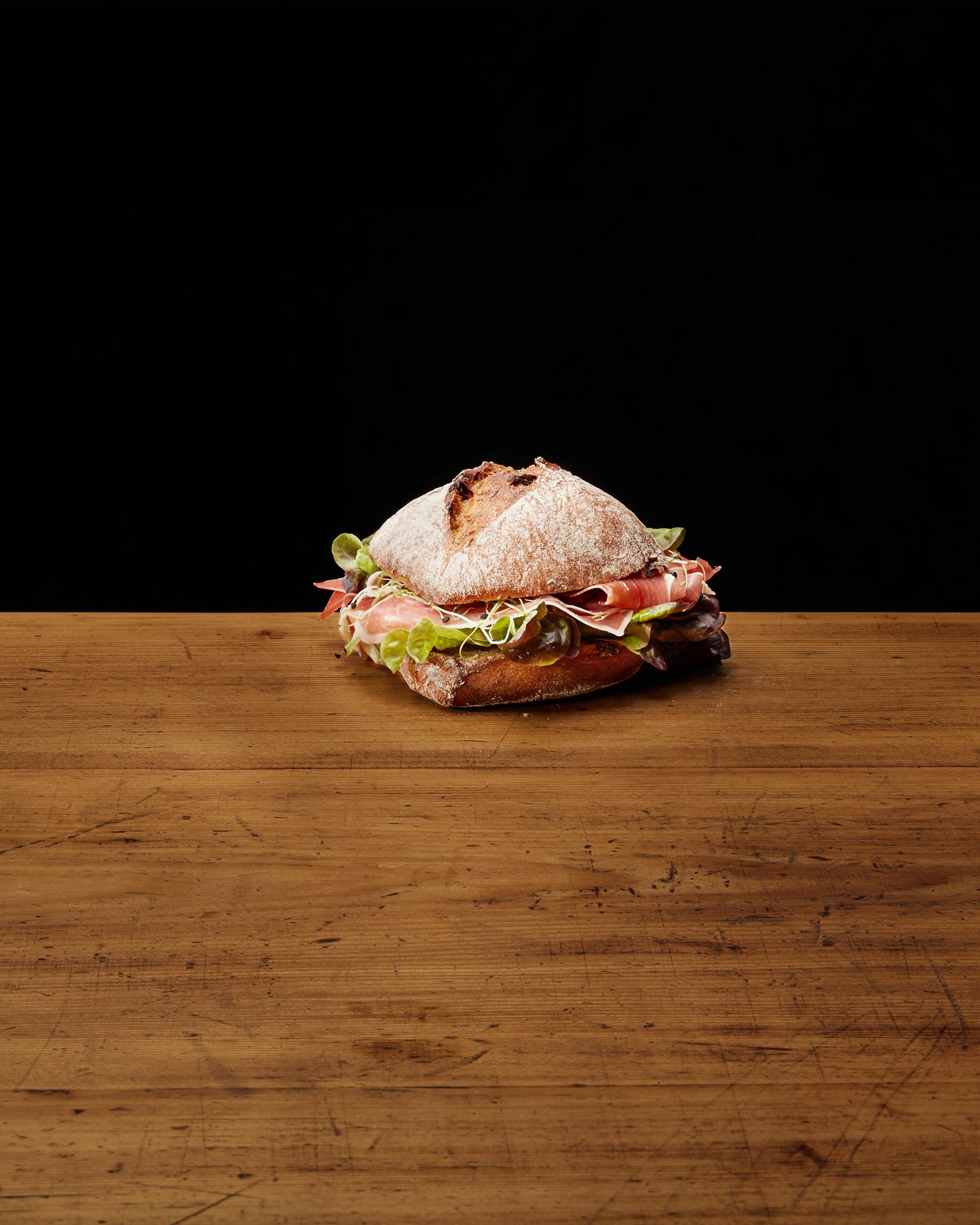 Sandwich mit Rohschinken und Salat